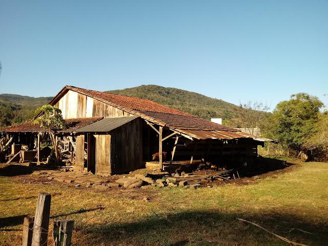 A foto mostra um típico galpão gaúcho usado pelos agricultores guardarem os mantimentos e as raçoes para os animais.