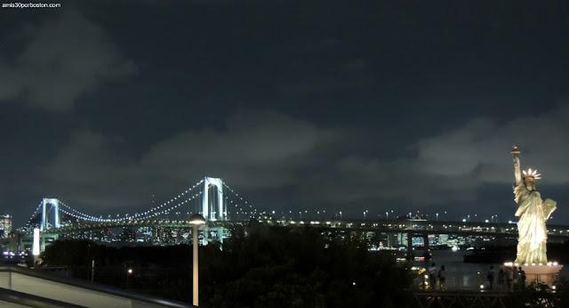 Réplica de la Estatua de la Libertad y el Rainbow Bridge en Odaiba