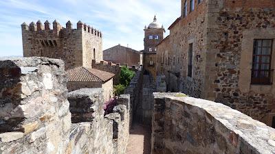 Muralla por encima del Arco de la Estrella, al fondo el Palacio Toledo Moctezuma y a la izquierda parte de la Torre Bujaco