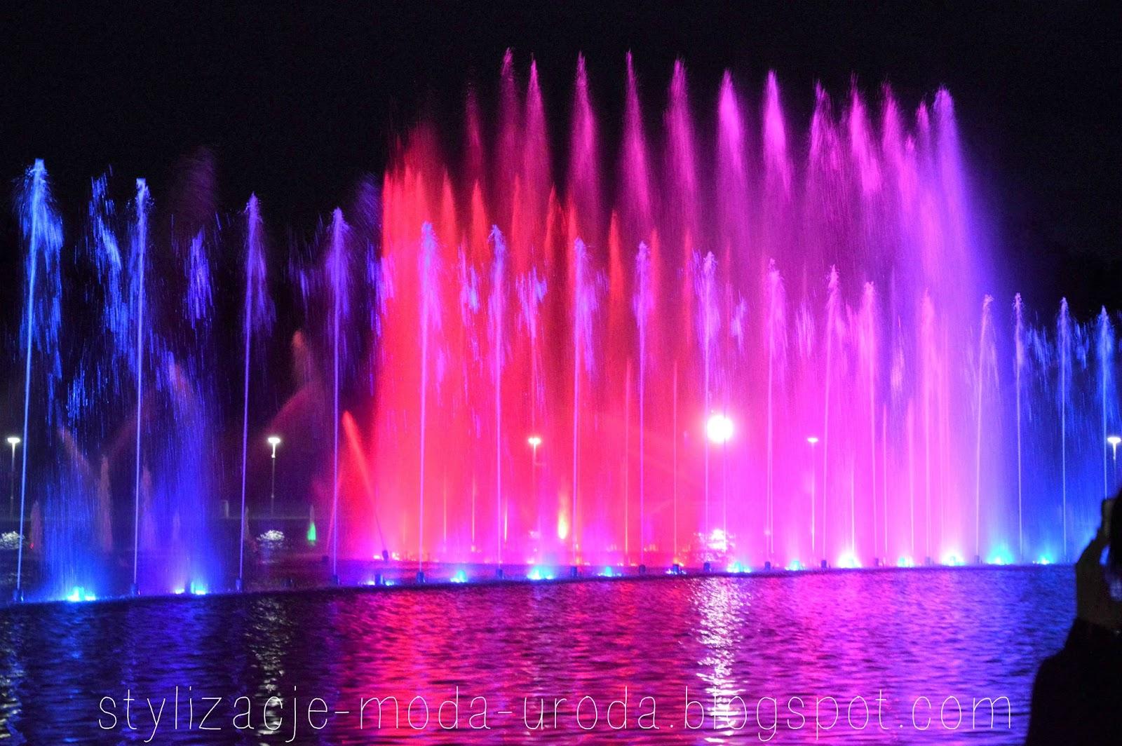 fontanny nocą