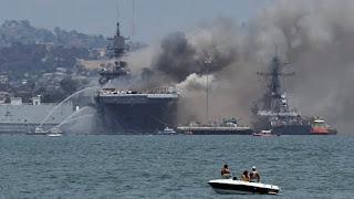 Kapal Serbu Amfibi AS Terbakar