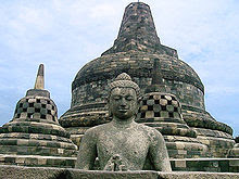 Gambar Sebuah stupa Buddha di candi Borobudur, dari abad ke-9 wisataarea.com