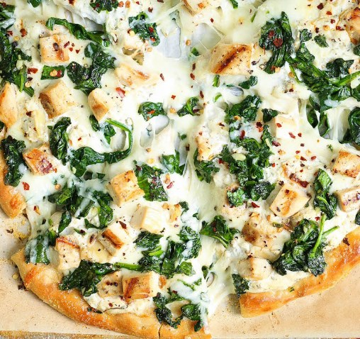 ROASTED GARLIC, CHICKEN AND SPINACH WHITE PIZZA #dinner #mozzarella