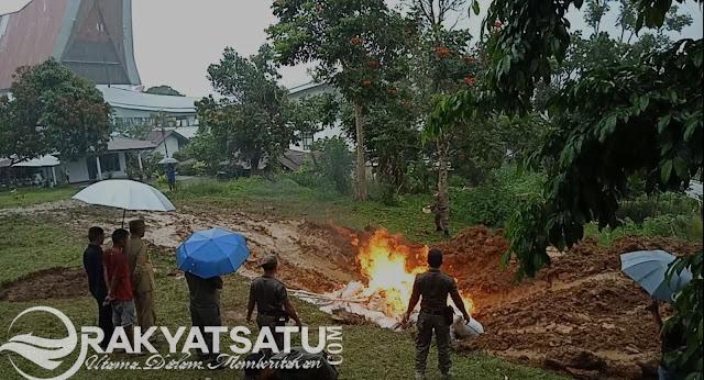 Wabup Tana Toraja Ikut Musnahkan Barang Tidak Layak Edar di Masyarakat