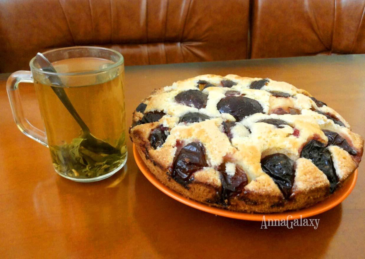 Вкусный и аппетитный венский пирог со сливами на тарелке