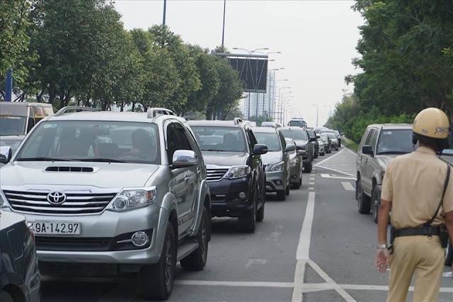 Ôtô xếp hàng dài trên đường Mai Chí Thọ