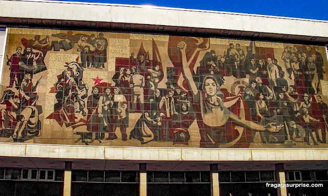 A Marcha da Bandeira Vermelha: Realismo Socialista na fachada do Kulturpalast