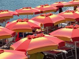 احذر.. مظلات الشاطئ لا تحمي من أشعة الشمس!