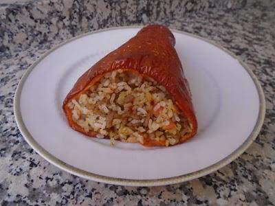 Pimientos rojos rellenos de arroz y carne picada