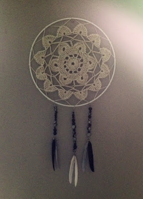 http://howling-liz.blogspot.nl/2015/08/flower-dream-catcher.html