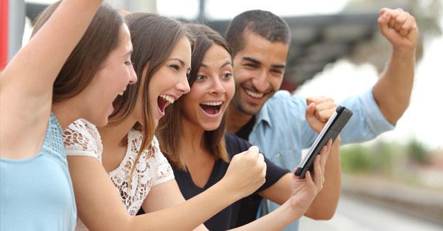 Chicas mirando el móvil con casinos online