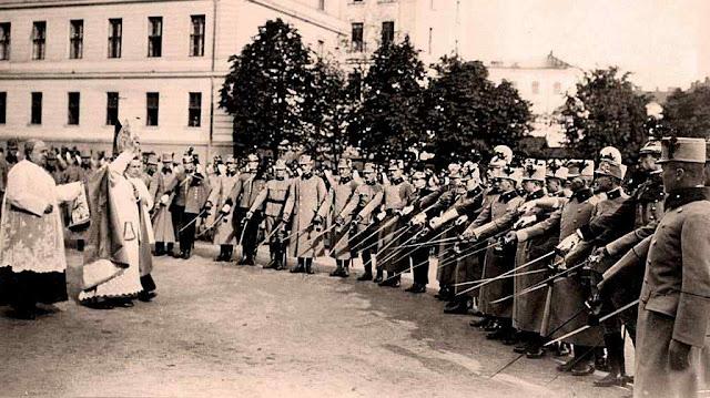 O Cardeal Friedrich Gustav Piffl consagra as espadas dos oficiais recém-qualificados do Exército Austro-Húngaro na Academia Militar Franz Joseph em Viena, em 1914
