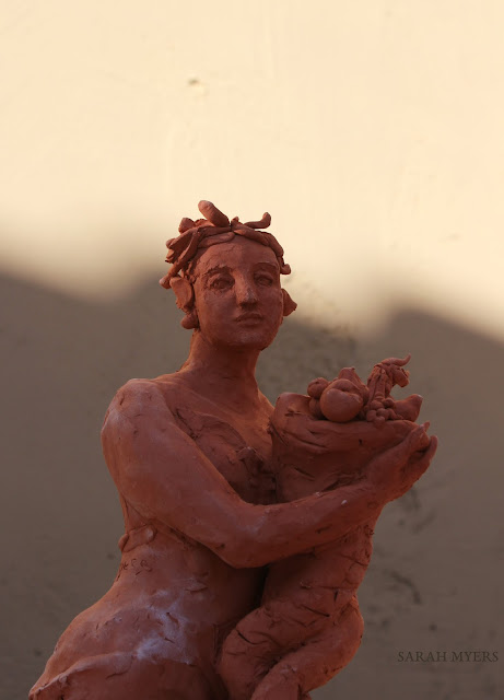 art, sculpture, sarah, myers, artist, arte, escultura, skulptur, kunst, scultura, terracotta, earthenware, sculptor, classical, figurative, red, clay, abundance, woman, terracotta, fast, spontaneous, horn, plenty, bounty, fruits, harvest, autumn, summer, contemporary, artwork, shadow, angle, arms, curve, light, evening