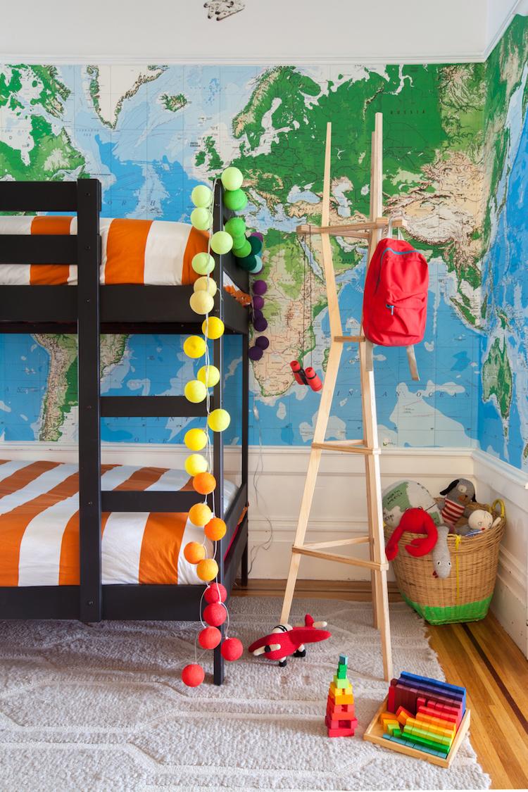 dormitorio niños con vinilo mapamundi