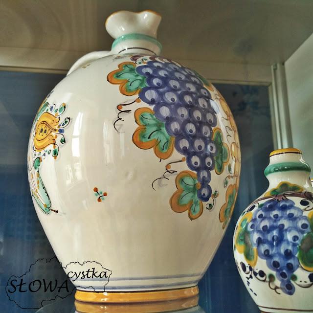 ornamenty winne na naczyniach do wina, tradycyjna slowacka ceramika