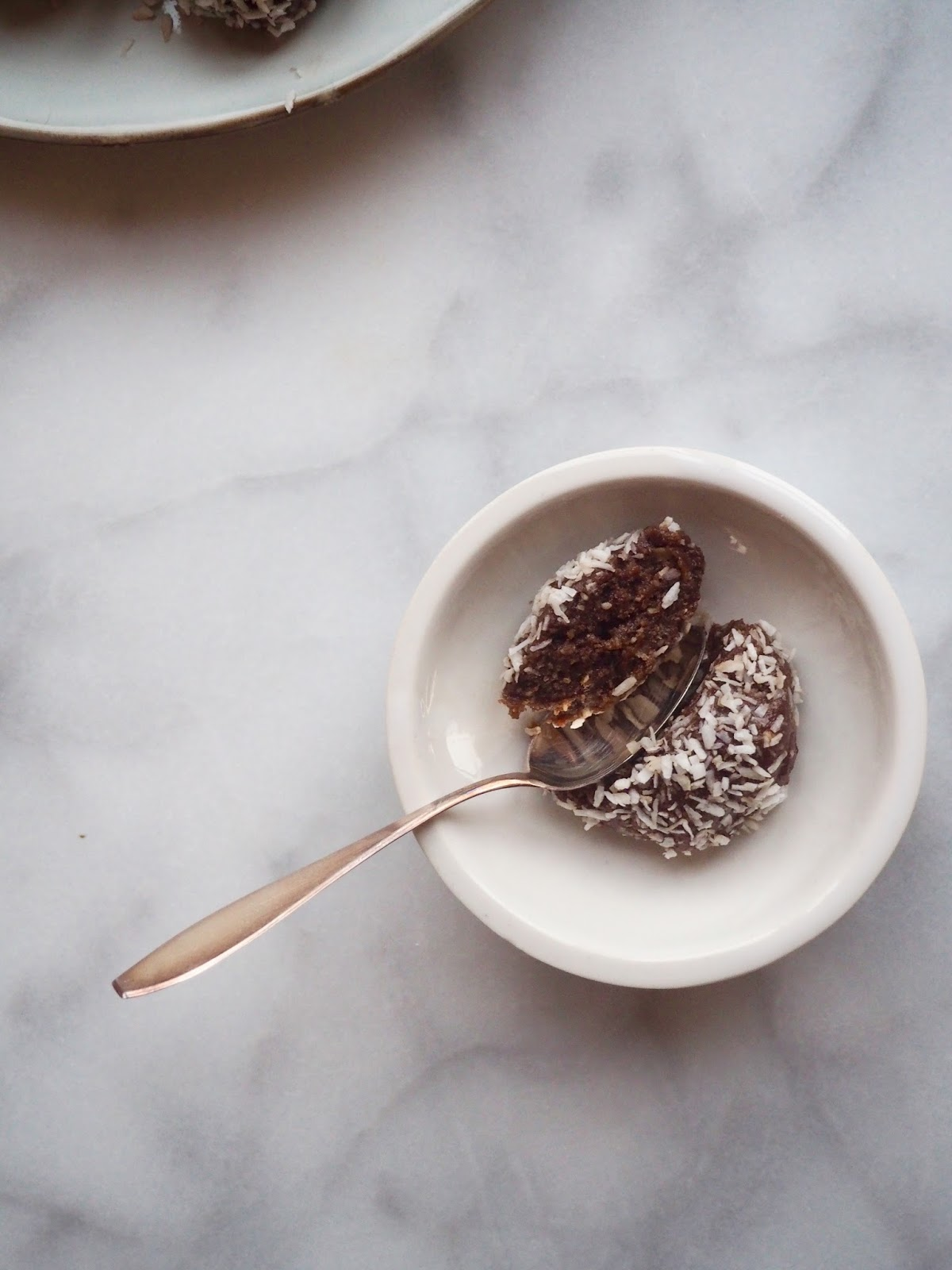 raakakookospallot, gluteenittomat kookospallot, vegaaniset kookospallot, maidottomast suklaapallot, maidottomat kookospallot, raakakookospallot