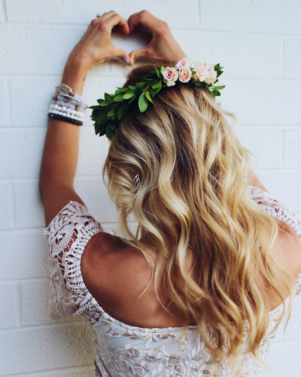 Flower crowns 4 ways and a giveaway yj life this crown is light on the flowers but is still so luscious we love the simple elegance and almost innocence keeping floral crowns mostly green also izmirmasajfo