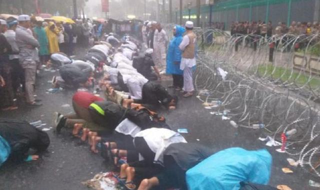 Massa Aksi Bela Uighur Salat Asar di Bawah Guyuran Hujan
