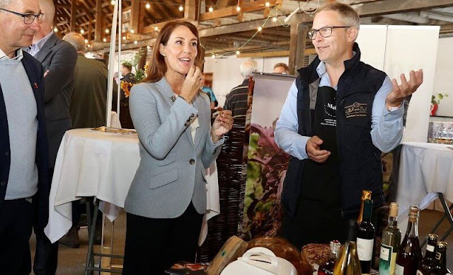 Princess Marie wore a sky blue Drosom blazer from Ralph Lauren. Princess presented the Federation of Retail Grocers' honorary award