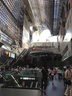 il futuristico interno della stazione