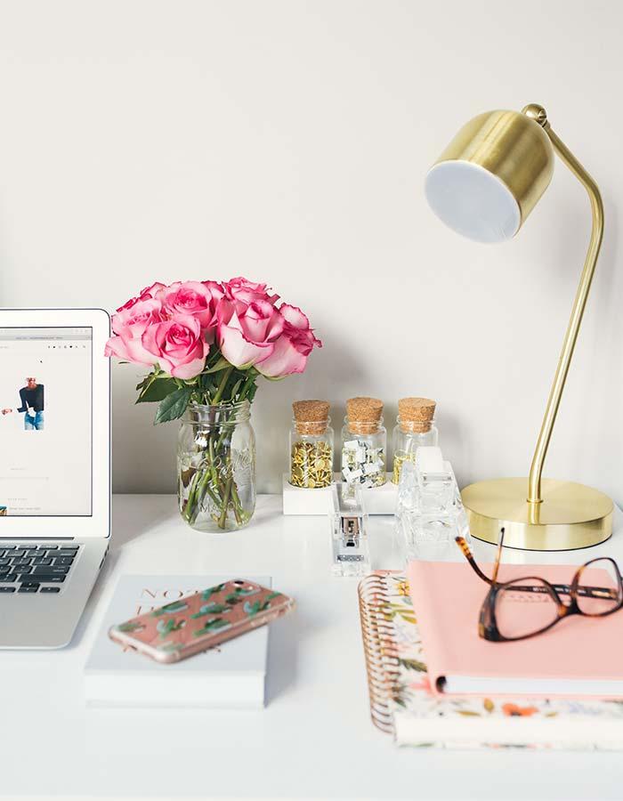 Inspiração de decoração de home office com um pequeno arranjo de flores