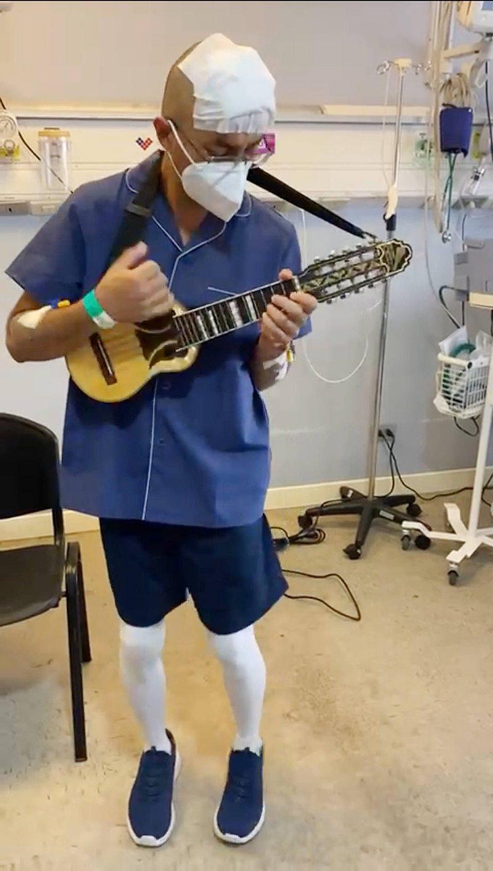 El conmovedor instante en que un músico operado de Parkinson les agradece a los médicos al tocar su charango