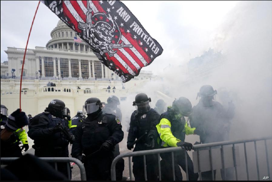La Policía detiene a los partidarios de Trump que intentaron atravesar una barrera policial / AP