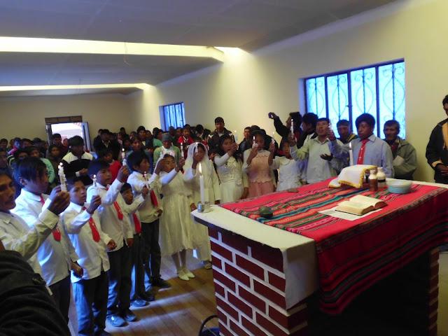 Während der Messe am Pfingsttag hatten wir auch Erstkommunion von 15 Schülern