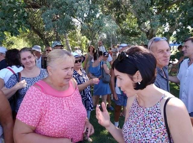 Kánikula: Kunhalmi Ágica lement a Velencei-tó partjára apellálni, mert a NER el akarja venni