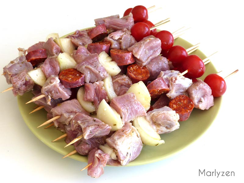 Confectionnez les brochettes de porc.