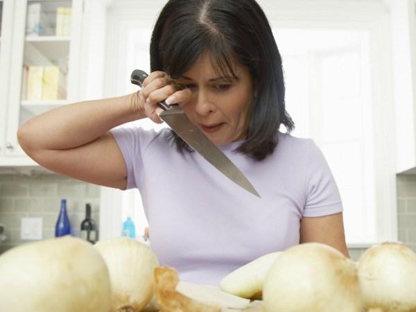 طريقة تقطيع البصل دون دموع: