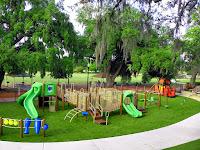 Ağaçlık ve yeşillikler içinde yetişkin ve çocuk parkı