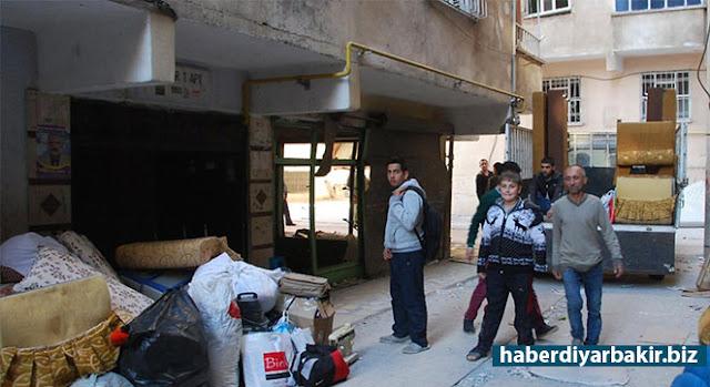 DİYARBAKIR-Geçtiğimiz cuma günü PKK tarafından Diyarbakır'ın Bağlar ilçesinde sabah saatlerinde düzenlenen bombalı saldırının ardından ev ve iş yeri harabeye dönen vatandaşlar sağlam kalan birkaç parça eşyasını alarak göç etmeye başladı.