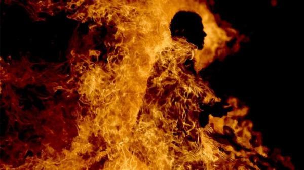 مصير مؤلم لمرشد سياحي أضرم النار في جسده