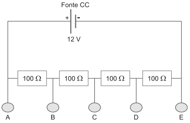 ENEM 2020: Um estudante tem uma fonte de tensão com corrente contínua que opera em tensão fixa de 12 V.
