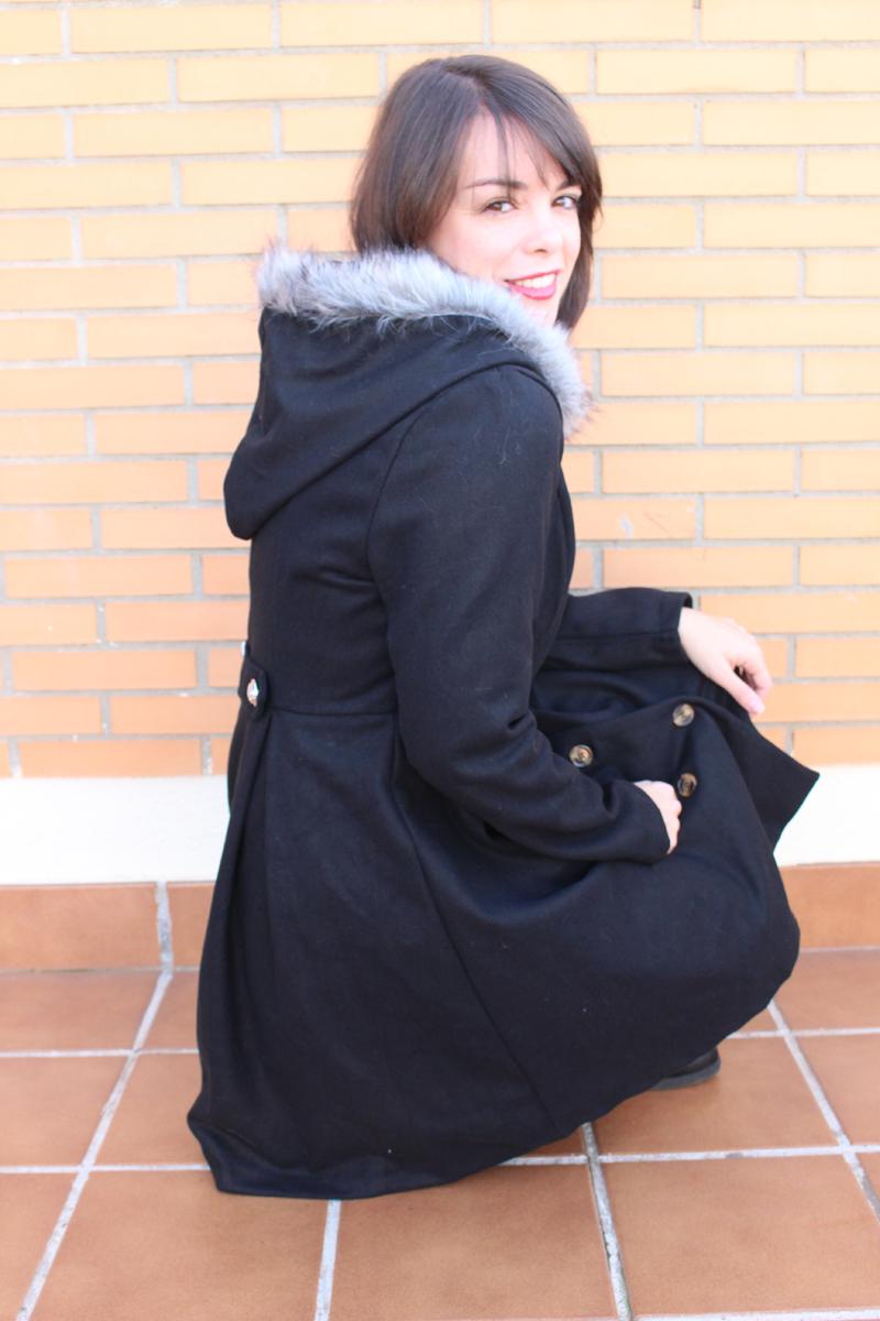 Abrigo negro capucha