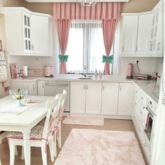 Penataan lemari dapur warna putih