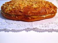 Coca de Sant Joan con crema de canela y manzana