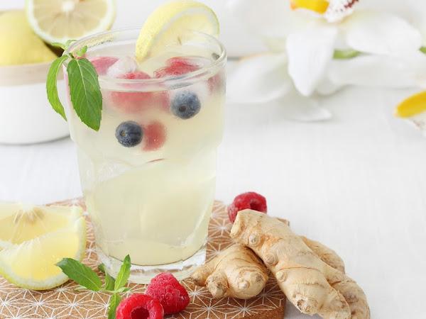 Acqua tonica con limone e zenzero ai frutti di bosco