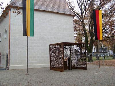 Neues Kriegsmahnmal an der Kirche St. Georg und Katharina im Stadtpark Traunstein