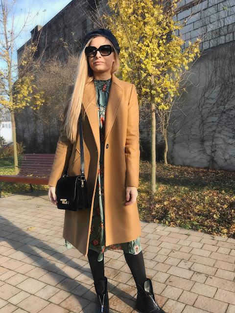 Jesienna stylizacja - beżowy płaszcz i sukienka w kwiaty