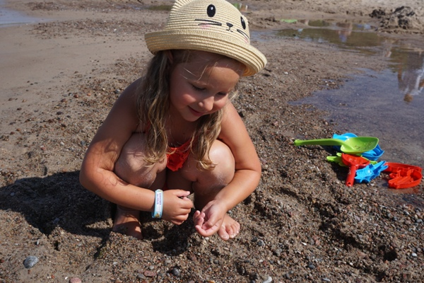 czterolatka i zabawy nad morzem