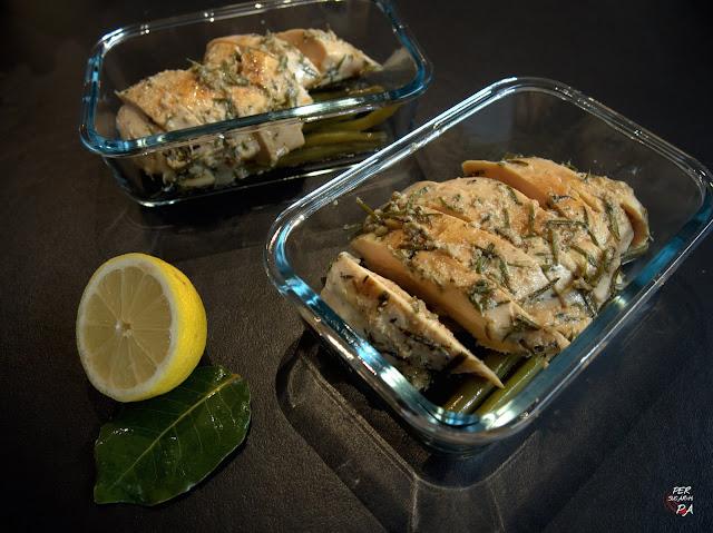 Pollo marinado en miel, mostaza, ajo, limón hierbas aromáticas y aceite de oliva, y cocinado al vacío y a baja temperatura