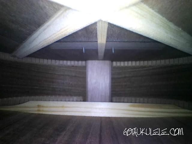 Isuzi EAK-B Baritone Ukulele inside