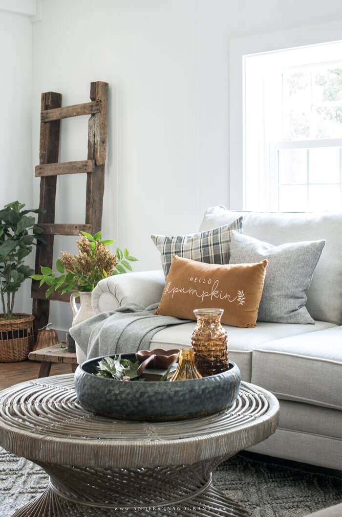 Great inspiration for decorating your farmhouse living room for fall.