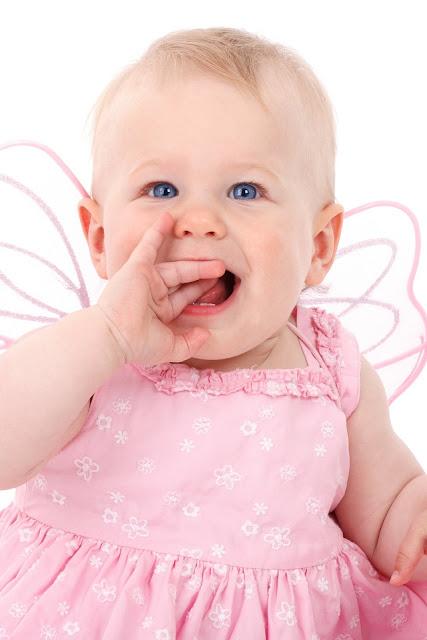طفلة بعيون زرقاء
