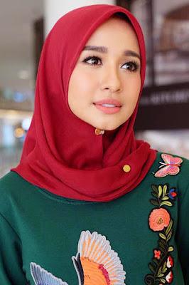 Laudya Cinthia Bella yang Manis dan Populer manis jilbab merah dan manis