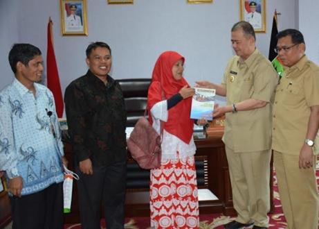Wagub Nasrul Abit Serahkan Donasi Sumbar Peduli Rohingya Melalui ACT