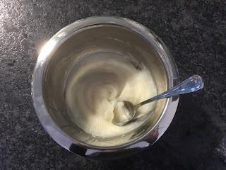 Préparation liquide de la crème hydratante visage et corps à l'huile de coco et au beurre de karité qui s'est solidifiée, DIY