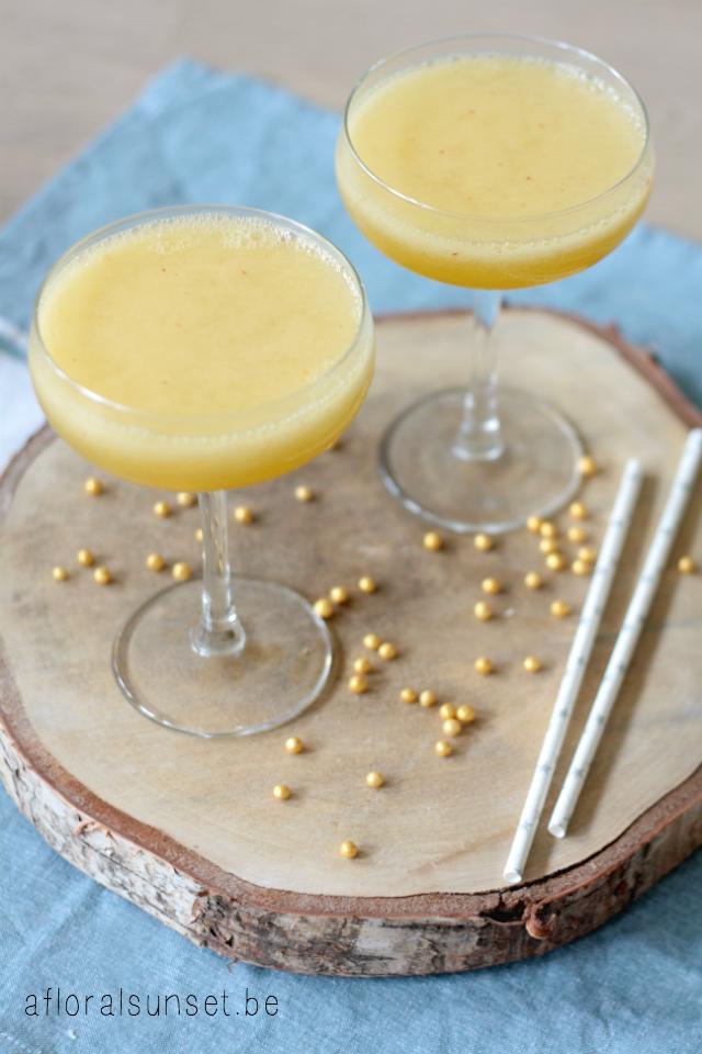 Een gemakkelijke manier om wat extra fruit binnen te krijgen? Deze perzikbellini natuurlijk! Ideaal voor een feestelijke brunch met vriendinnen - a floral sunset